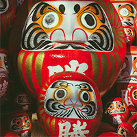 Discover our collection of Daruma dolls, symbol of perseverance and good fortune in the Japanese tradition.